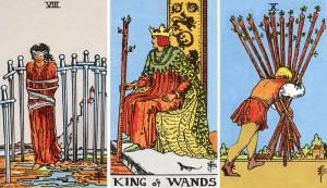 tirage tarot huit d'épées roi de bâtons dix de bâtons