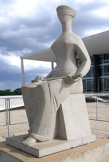 La Justice par Alfredo Ceschiatti, 2005, devant les bâtiments de la Cour Suprême brésilienne.